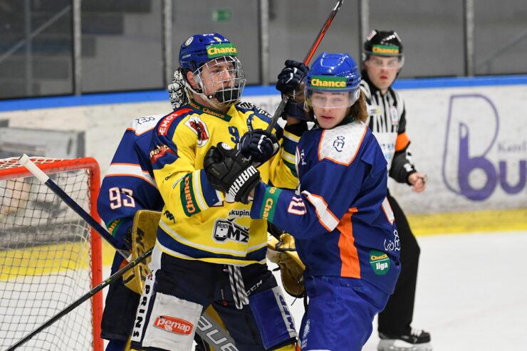 Martin Ryšavý (ve žlutém) před brankou Litoměřic.